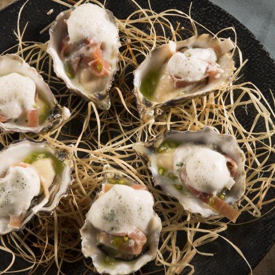 Huîtres, Jambon Ganda et émulsion de basilic